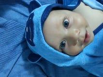 Bebé con la capilla azul del oso imagenes de archivo