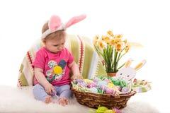 Bebé con la cesta de pascua Imagen de archivo libre de regalías