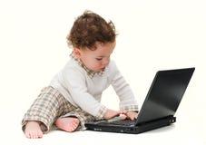 Bebé con la computadora portátil negra imágenes de archivo libres de regalías