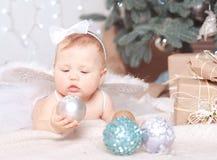 Bebé con la decoración de los chrismas Imagenes de archivo