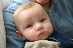 Bebé con la expresión facial seria Imagen de archivo