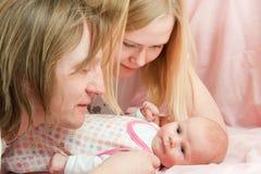 Bebé con la familia Imagenes de archivo
