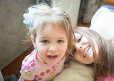 Bebé con la familia feliz de la madre Imágenes de archivo libres de regalías