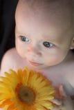 Bebé con la flor Fotografía de archivo libre de regalías