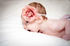 Bebé con la flor rosada Imagenes de archivo