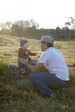 Bebé con la gorrita tejida en un día del otoño que brilla intensamente Imagenes de archivo