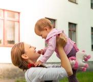 Bebé con la madre Imagen de archivo