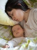 Bebé con la madre Fotografía de archivo