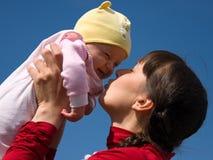 Bebé con la mama Imagen de archivo libre de regalías