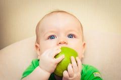 Bebé con la manzana fotografía de archivo libre de regalías