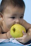 Bebé con la manzana fotos de archivo