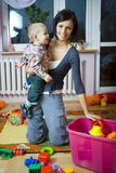Bebé con la momia durante jugar Fotos de archivo libres de regalías