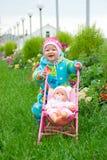 Bebé con la muñeca en caminata Imagen de archivo