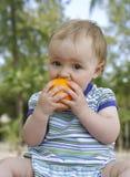 Bebé con la naranja Fotos de archivo libres de regalías