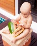 Bebé con la papaya fotografía de archivo libre de regalías