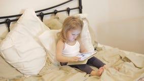 Bebé con la tableta almacen de metraje de vídeo
