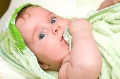 Bebé con la toalla de baño imagenes de archivo