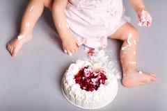 Bebé con la torta fotos de archivo
