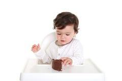 Bebé con la torta de chocolate Imagen de archivo libre de regalías