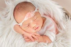 Bebé con la venda blanca en manta suave fotos de archivo