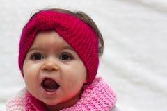 Bebé con la venda roja Imagenes de archivo