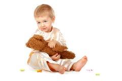 Bebé con las cartas del alfabeto y el oso del peluche imagen de archivo libre de regalías
