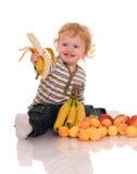 Bebé con las frutas. foto de archivo libre de regalías