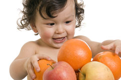 Bebé con las frutas. Fotos de archivo