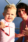 Bebé con las gafas de sol Imagen de archivo
