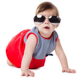 Bebé con las gafas de sol aisladas en el fondo blanco Fotografía de archivo libre de regalías