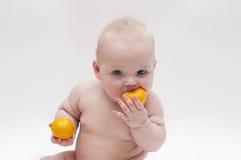 Bebé con las mandarinas Imagen de archivo