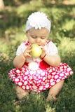 Bebé con las manzanas en el jardín Foto de archivo libre de regalías