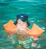 Bebé con los brazales Fotos de archivo