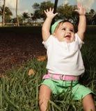 Bebé con los brazos ampliados imagen de archivo libre de regalías