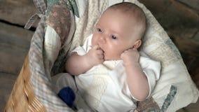 Bebé con los dedos en boca metrajes