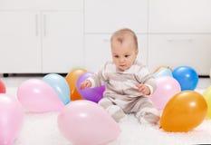 Bebé con los globos imagen de archivo