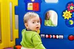 Bebé con los juguetes imagen de archivo