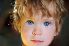 Bebé con los ojos azules en luz del sol Fotos de archivo libres de regalías