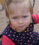 Bebé con los ojos azules grandes Fotos de archivo