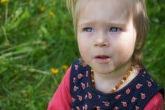 Bebé con los ojos azules grandes asombrosos Fotos de archivo