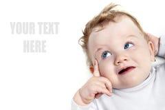 Bebé con los ojos azules hermosos que miran a la izquierda fotografía de archivo libre de regalías