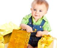 Bebé con los regalos Fotos de archivo