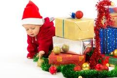 Bebé con los regalos de la Navidad Imagen de archivo