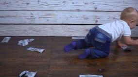 Bebé con luce increíble del dinero metrajes