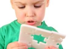 Bebé con rompecabezas del agujero Imagenes de archivo
