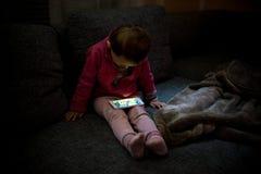 Bebé con Smartphone Foto de archivo libre de regalías