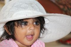 Bebé con sonrisa linda del casquillo blanco, niño, niño, sombrero, imagen de archivo