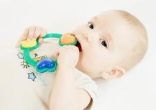 Bebé con traqueteo Imágenes de archivo libres de regalías