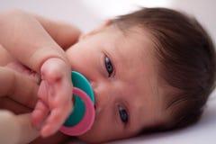 Bebé con traqueteo Fotos de archivo libres de regalías
