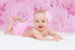 Bebé con un arco rosado Fotos de archivo libres de regalías